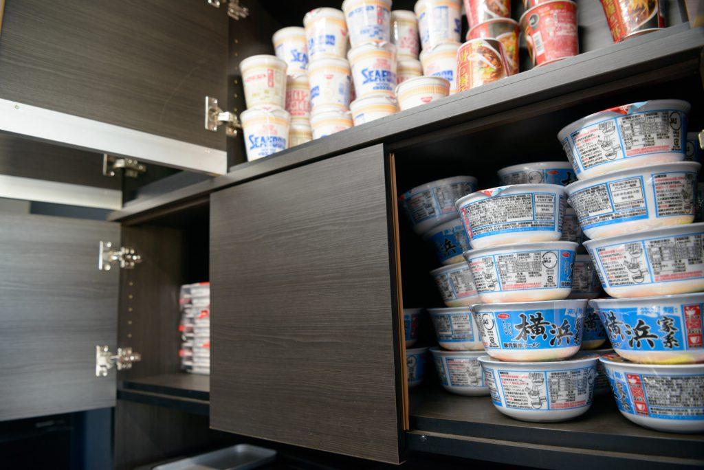 冷蔵庫には各種飲料、戸棚にはカップ麺が常備され、無料で飲食可