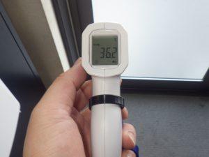 玄関で体温測定